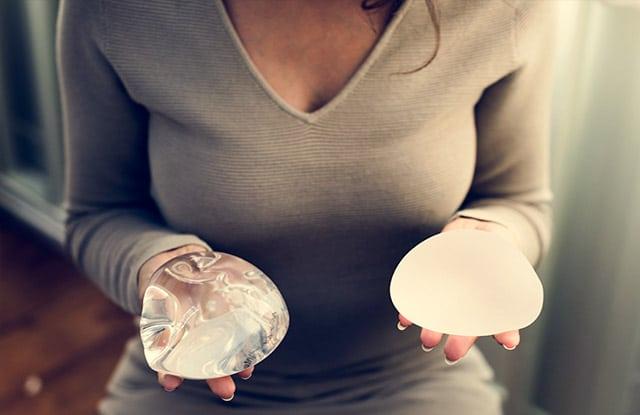 La mejor solución es una operación de pecho o mamoplastia y utilizar un implante mamario.
